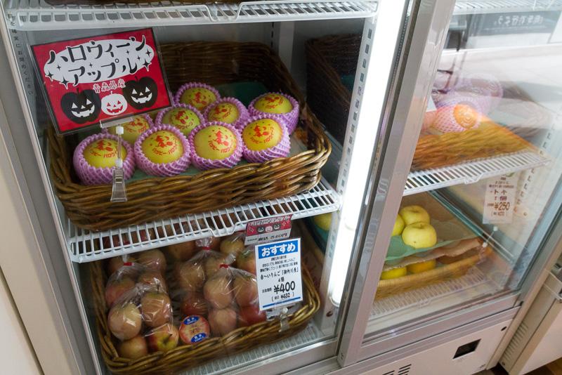 店内に入ると入り口脇には特産品であるニンニクとリンゴが陳列されている
