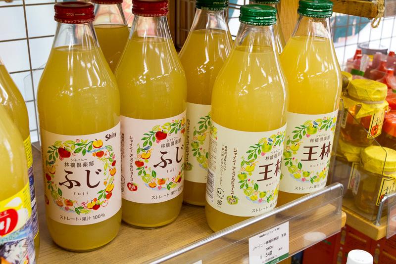 丹野美紅氏お勧めのシャイニーのアップルジュースも販売されている