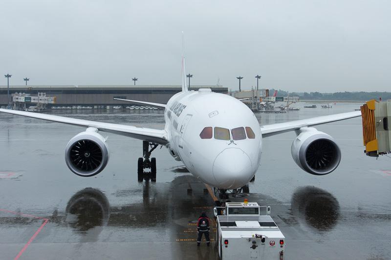 11時45分頃、プッシュバックを開始するJL415便。機材はSKY SUITE仕様のボーイング 787-8型機(登録記号:JA841J)