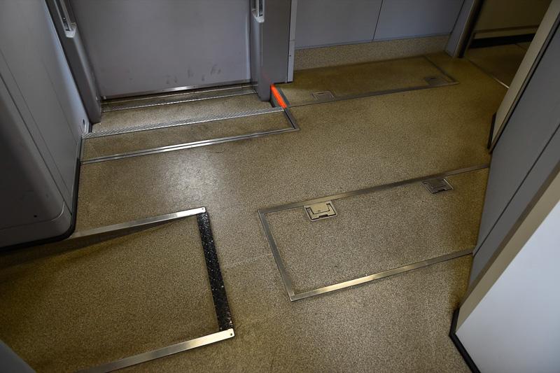 左側の連結部側がスロープになり、床が高いことが確認できる。軌道検測用台車があり、装置は車両ドア脇の蓋から点検を行なうことができる。なお、軌道検測はレーザー光を照射して、レールの歪みなどを監視する