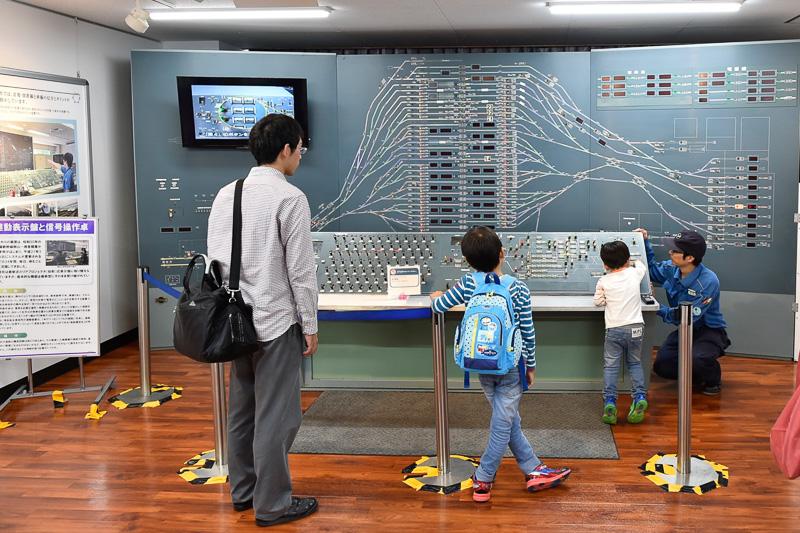 連動表示盤と信号操作卓。1975年の山陽新幹線・岡山~博多間開業時から2009年3月までの34年間使用された