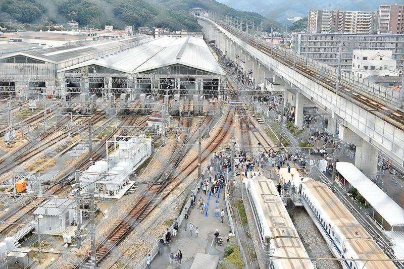 南側は九州新幹線の高架を走る車両をみることができ、地上の右手前側には、記念撮影ゾーンとして使用されていたN700と700系が研削線に停車している姿が確認できる。
