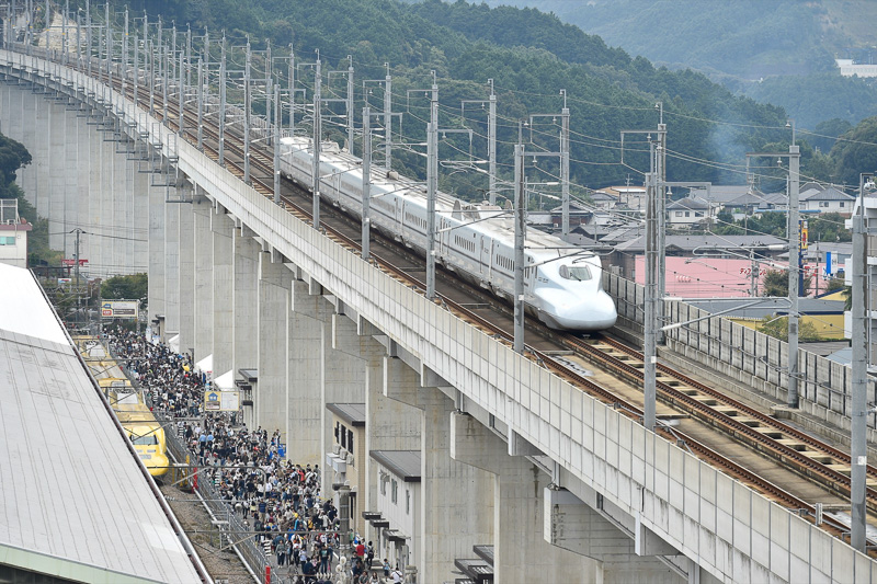 博多駅へ向かう九州新幹線のさくら552号
