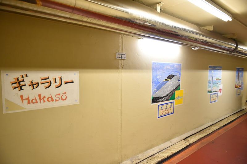 本部棟脇にある地下道は着発線の地下をくぐる。地下道には新幹線の各駅にちなんだイラストが掲示されている