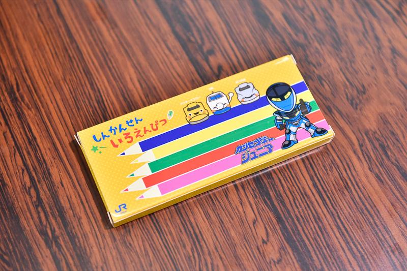 新幹線をキレイにできた子供たち(全員)にはカンセンジャージュニアの色鉛筆がプレゼントされた