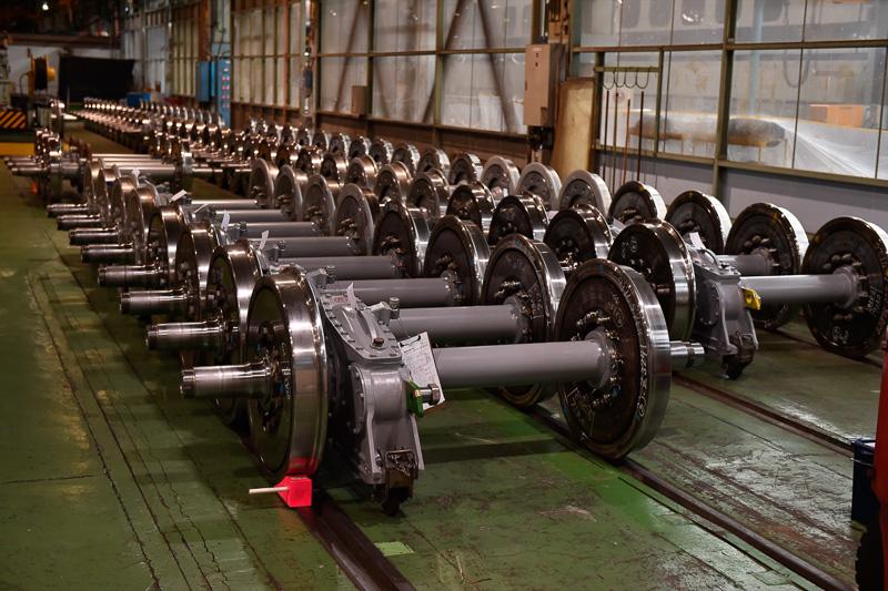 たくさん並んだ車輪と車軸