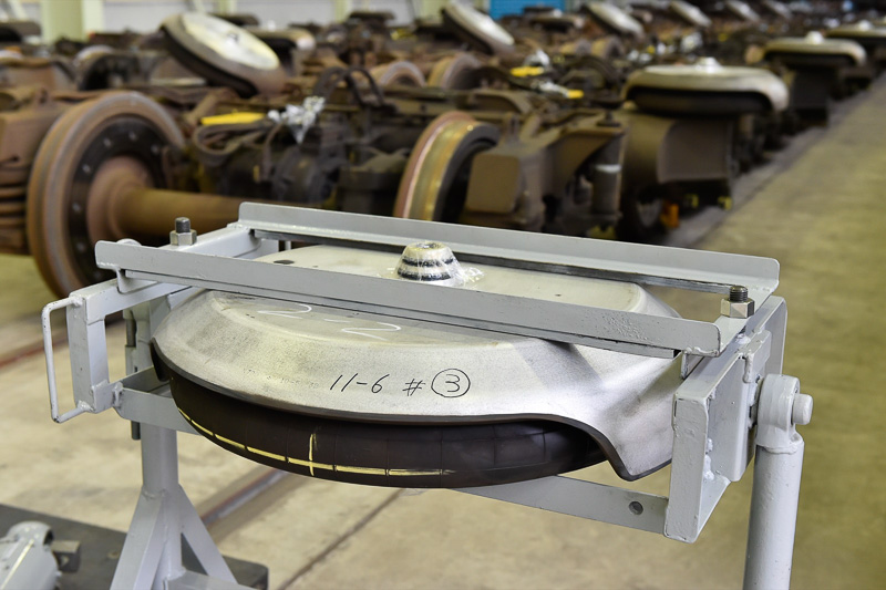 台車と車体の間に使用されている空気バネ。単体で25kgもある