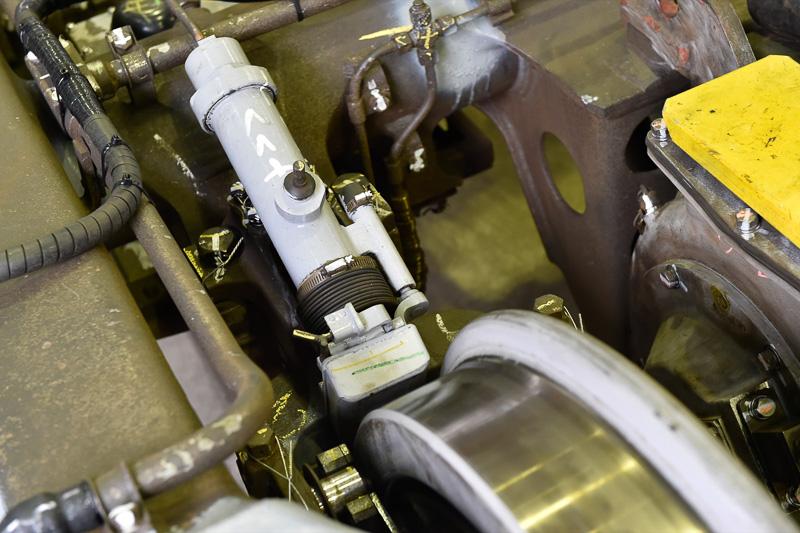 踏面清掃装置とよばれる機器。レールと触れる車輪踏面の清掃と摩擦係数を向上させる役割を持つ