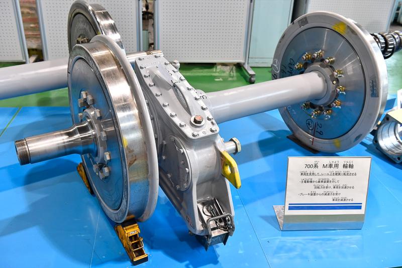 こちらも700系用の車軸だが、モーターからの出力を歯車を介して動力に変換する