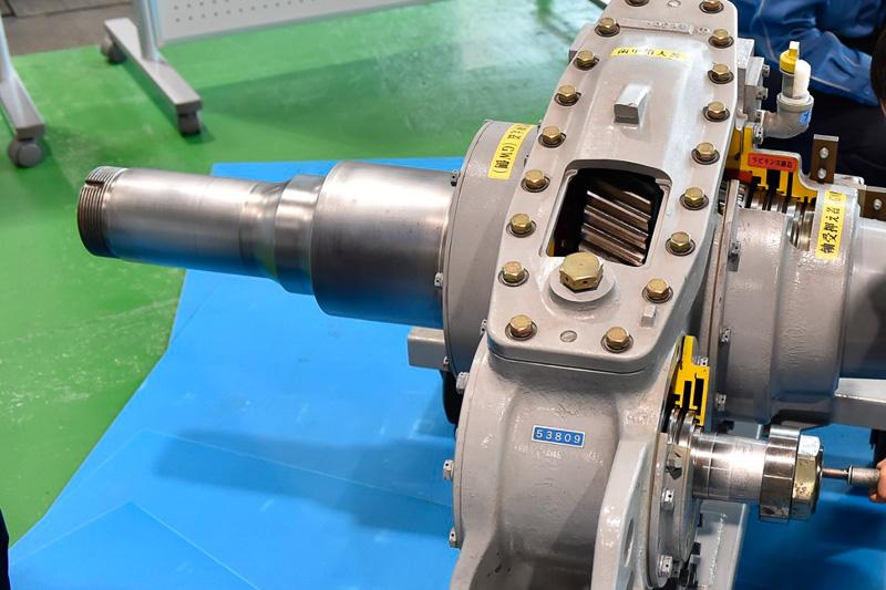 小歯車を回して大歯車に動力を伝える体験用車軸が用意されていた。窓が開けられており、歯車が回転する様子がよく分かる構造になっていた