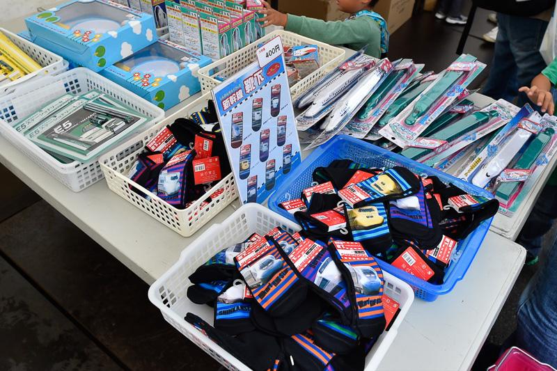 もちろん子供向けのグッズも販売。定番の列車靴下も並んだ