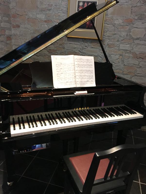 館内のグランドピアノ