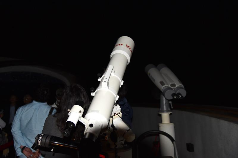 スライド式のドームは夜になると星空を観察されるために解放され、望遠鏡で惑星観察ができる