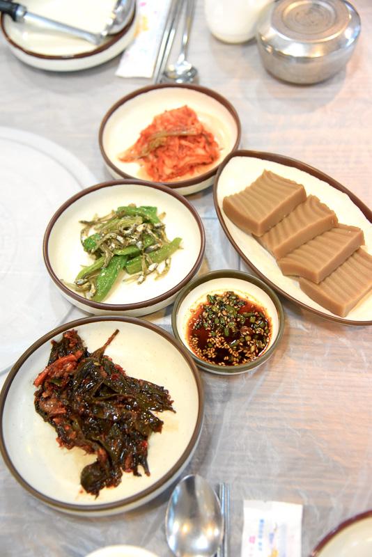 副菜にはキムチやトトリムクがずらり。白いご飯も付く