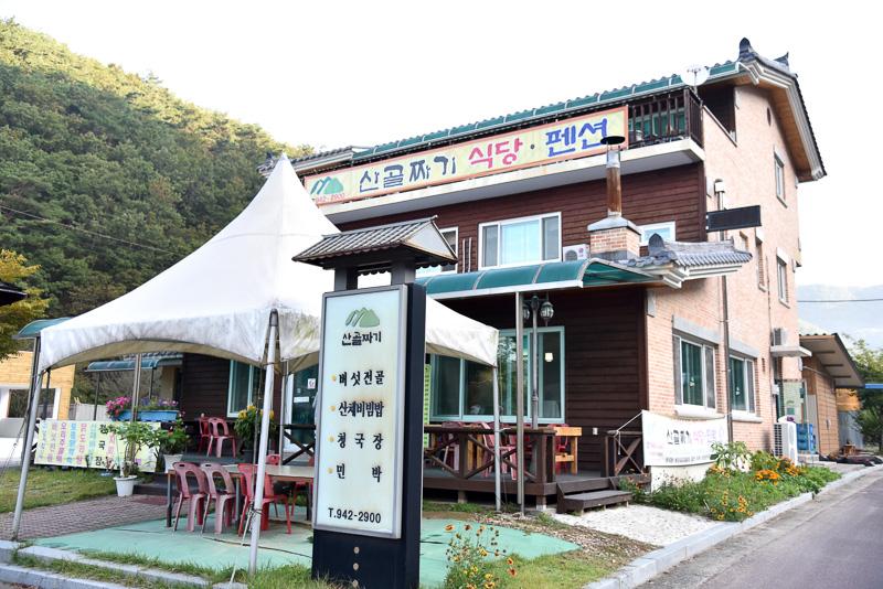 有名曲「七甲山」の登場人物のオブジェと歌詞が飾られているのでお店が見つけやすい