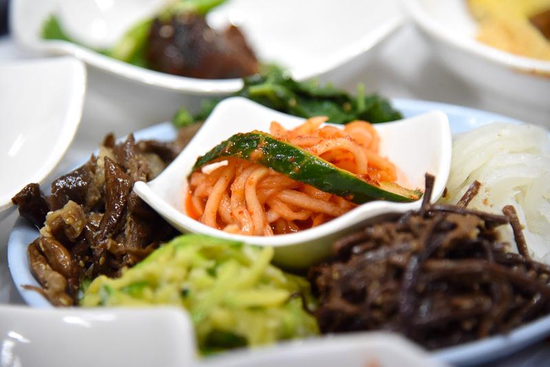 各種ナムルとご飯、自家製のコチュジャンを混ぜて山菜ビビンバも自分で作れる