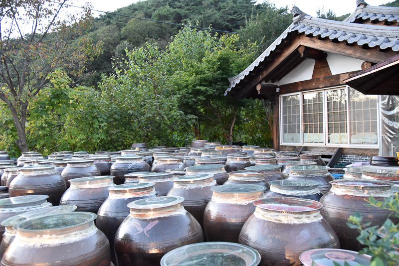 店舗の外の壺には自家製味噌がたっぷり