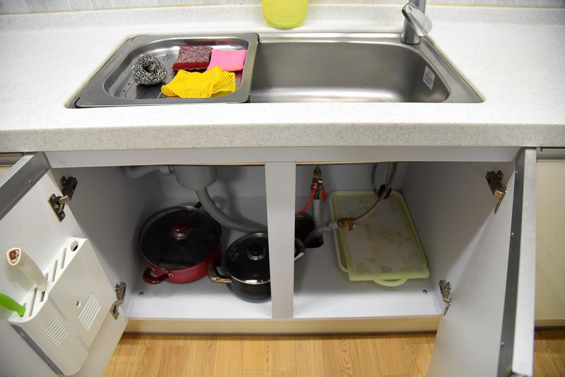 広々したキッチンは数人で料理をしても大丈夫。棚には食器や調理道具。ウォーターサーバーもサイドに設置されている。机も3台で大人数でもOK