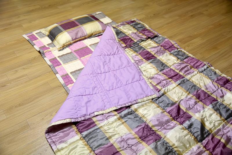 オンドルの上なので薄めの布団でも快適に眠ることができる。オンドルの温度は壁のリモコンで調節。この日は低めの26℃で設定