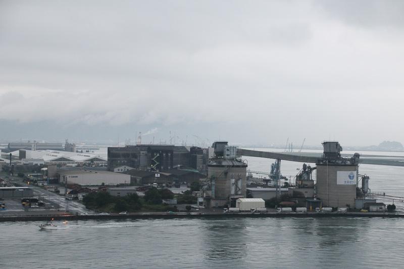 1890年(明治23年)からセメント工場があるという工業・物流の港
