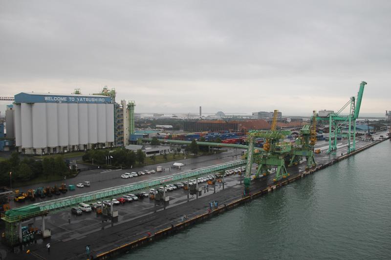 「い草色のガントリークレーン」がこのコンテナターミナルのシンボル