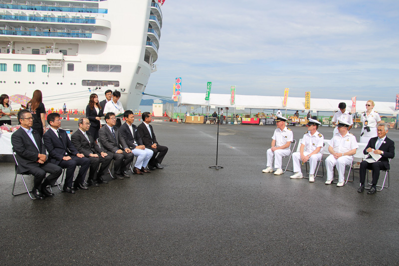 ダイヤモンド・プリンセスの船尾近く、八代港の一角で式典を実施