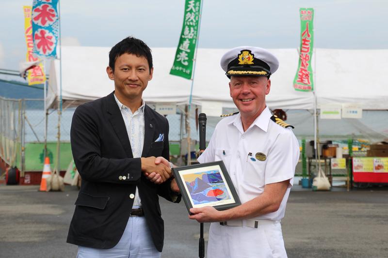 熊本県副知事 小野氏から船長へ記念品が贈られた