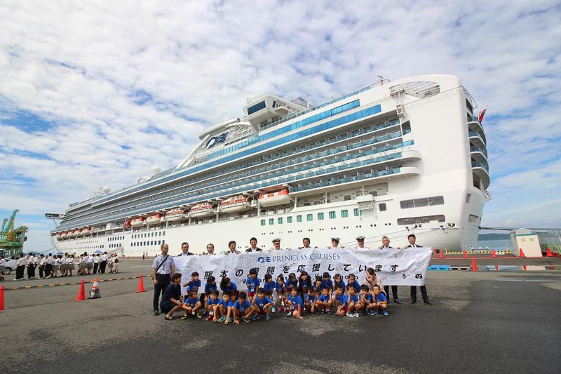 船内見学ツアーに招かれた松高幼稚園の園児たち