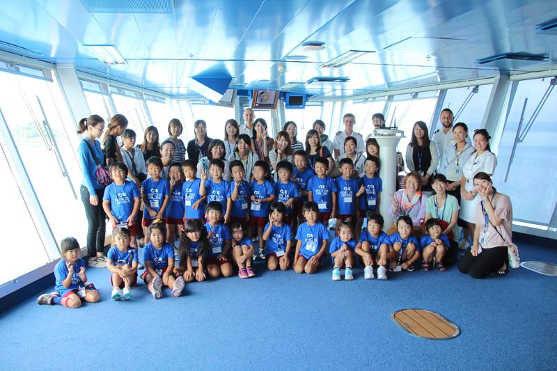操舵室で幼稚園児・保護者と共に記念撮影