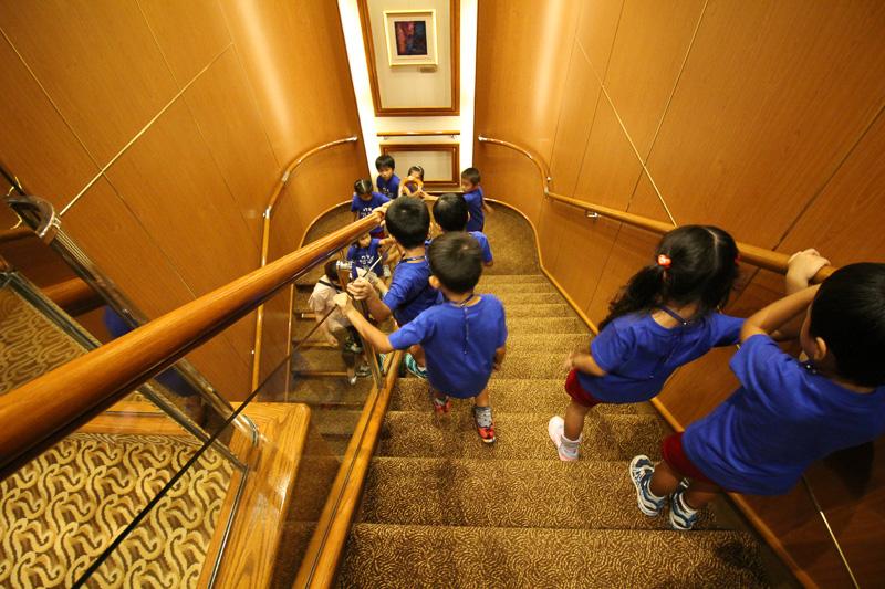 船内をエレベーターや階段で元気よく移動