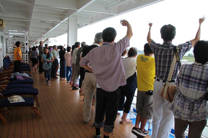 デッキで見送る乗客からは拍手と大歓声
