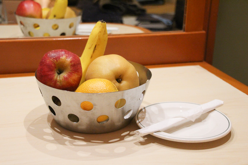 部屋に朝食やフルーツの用意も依頼できる