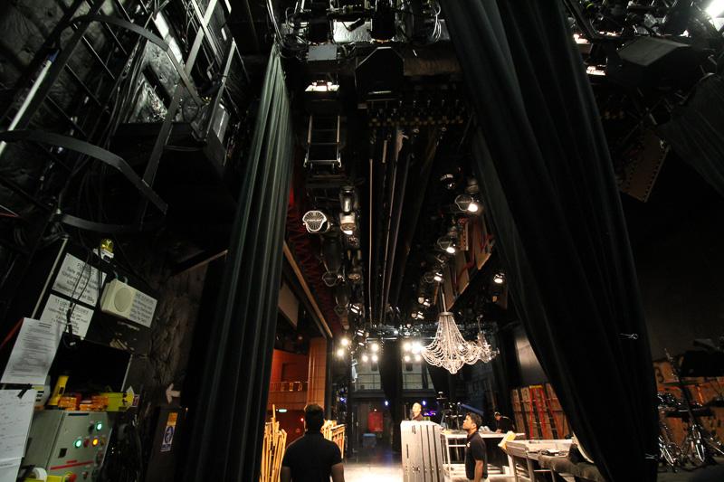 舞台上には奈落も。照明や音響などさまざまなプロフェッショナルが作業