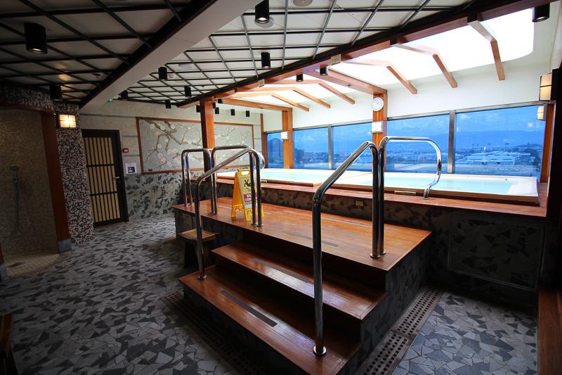 「糸杉の湯」半屋外の浴槽