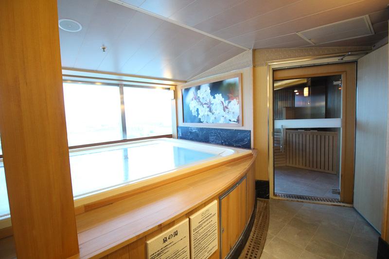 「糸杉の湯」屋内の浴槽とサウナ