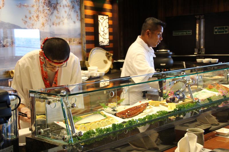 カウンターの中で手際よく寿司が握られていく