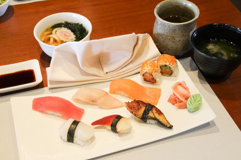 「にぎり寿司メニュー」。小うどんとみそ汁がセット