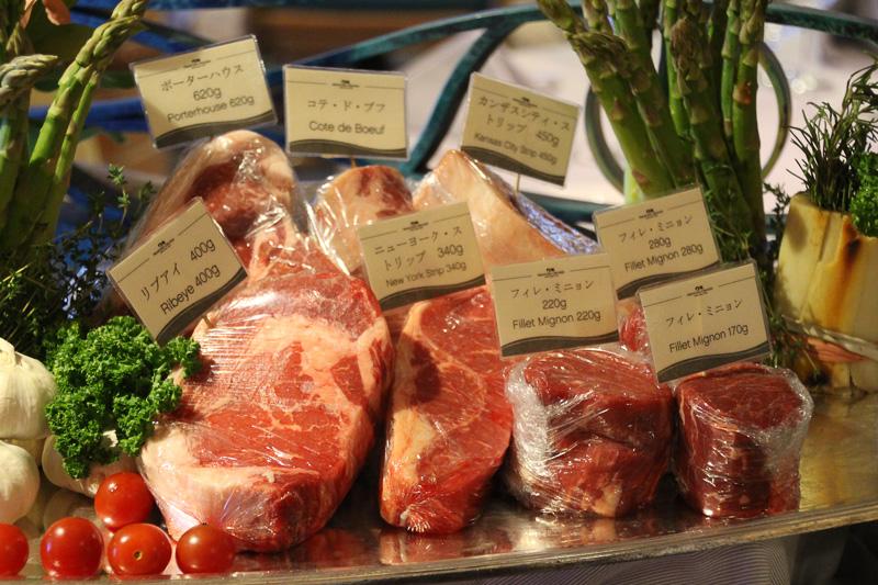 入り口に並ぶ肉の見本。どれも巨大ステーキだ