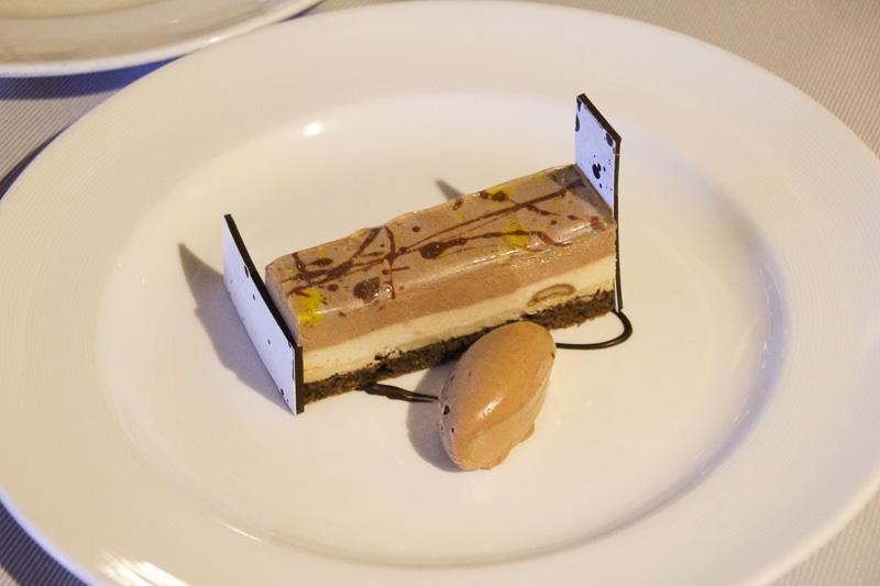 ミルクチョコレートとピーナッツバターのバー。「チョコレート・ジャーニー」のドルチェはほかのメニューとはレベルの違うおいしさで超お勧めです!