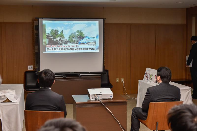 お笑い芸人のパックンマックンが阿蘇の魅力を紹介する動画が機内で上映されるが、その内容が会場でも流された