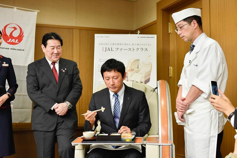 小野泰輔副知事が、会場内に展示されていたファーストクラスのシートに着席し、上旬の機内食を試食