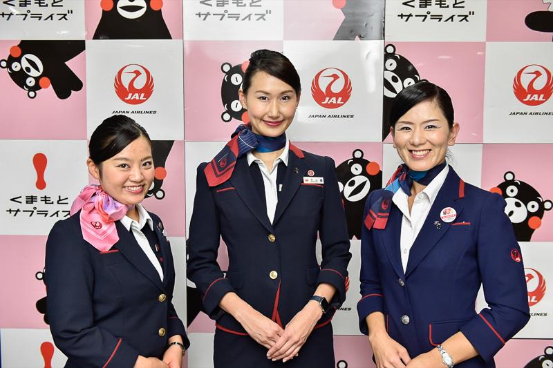 今回の記者会見をサポートしたのはJALグループの熊本県出身のスタッフ。左から、J-AIRの井川恵里氏(南阿蘇村)、JALの村山佳奈氏(菊陽町)、JAL熊本空港支店の清水恵子氏(西原村)
