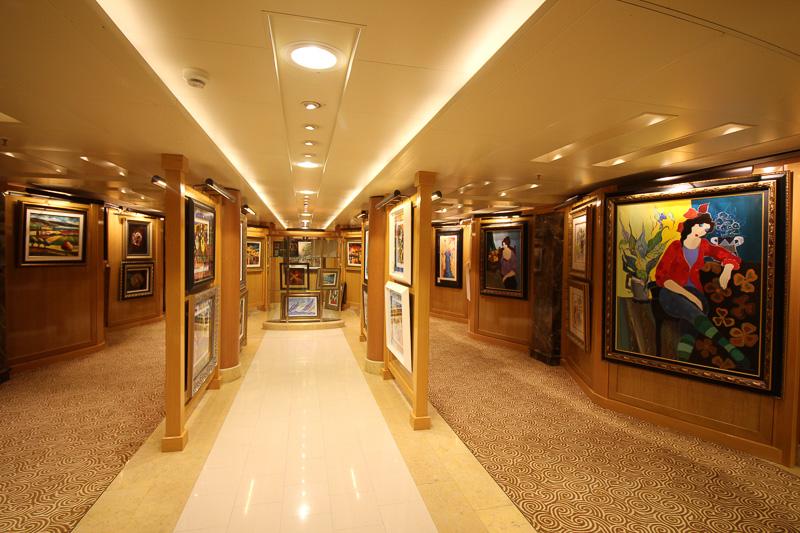 絵画が並ぶアート・ギャラリー。航海中にオークションで販売される