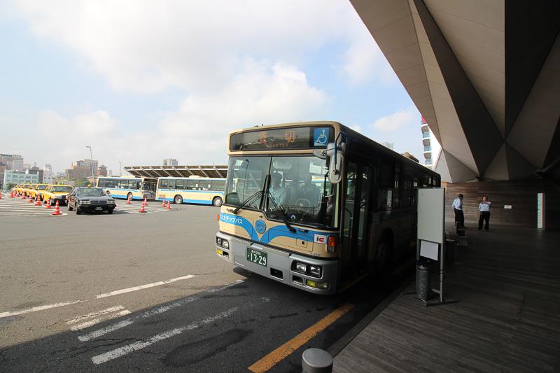 桜木町駅までは無料のシャトルバスがある