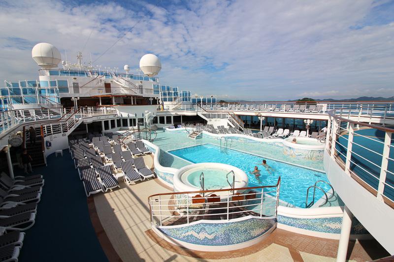屋外プール、天気がよいと本当に気持ちがよい空間になる