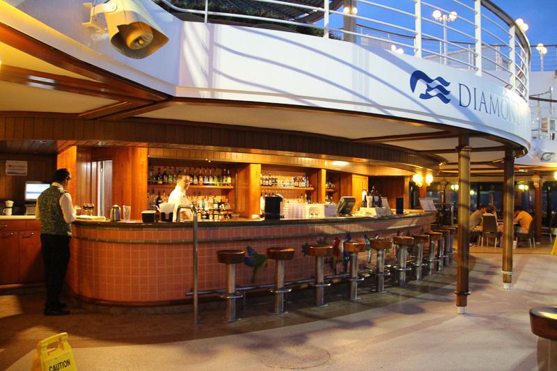 バーも併設され、夜は抜群の雰囲気