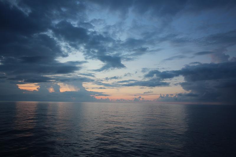 海上で見る朝日や夕日は雄大そのもの