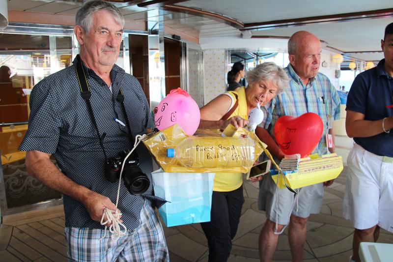 「ザ・ボート競技会」缶ジュースを乗せた自作の船で、屋外プールを競争する