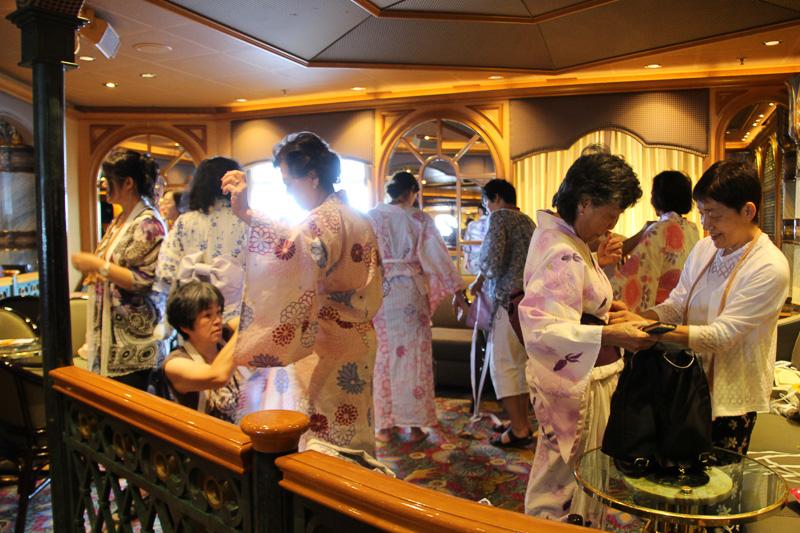 乗船客がボランティアで浴衣の着付けをする国際交流イベント