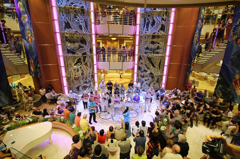 最終日に行なわれた「世界のお祭り発表会」。乗客によるフラダンスやウクレレ、よさこい、サンバなどが披露された